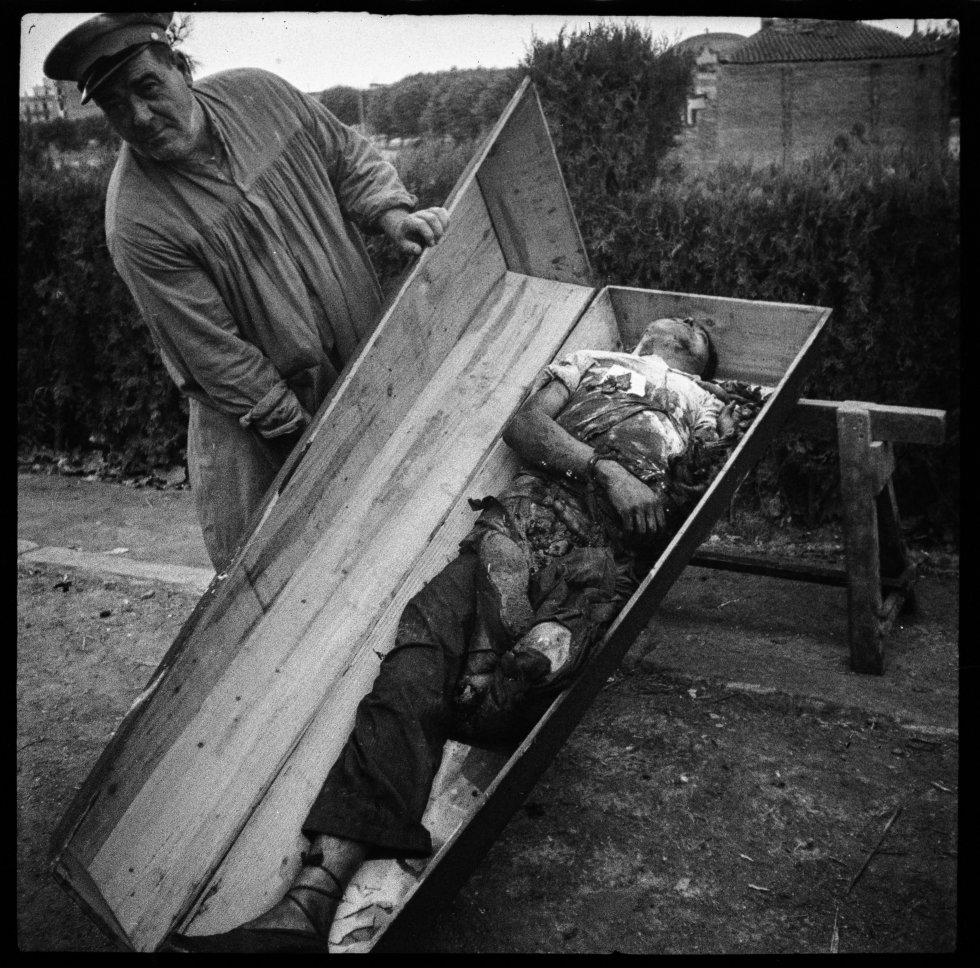 Un enterrador del Cementerio Nuevo (Montjuïc) de Barcelona muestra un cadáver de un muerto de los choques del golpe de Estado, 19 de Julio de 1936