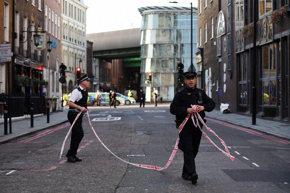 Gran presencia policial en las inmediaciones de la zona en la que ha tenido lugar el incidente del London Bridge