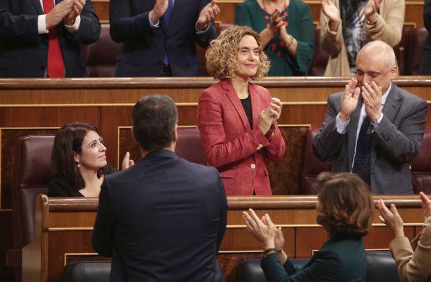 La presidenta del Congreso de los Diputados, Meritxell Batet (con chaqueta roja), recibe el aplauso del hemiciclo tras ser reelegida en el cargo.