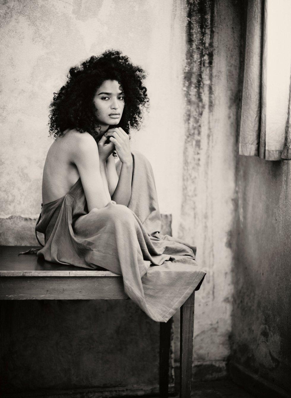 Fotografía de la actriz  Indya Moore para el calendario Pirellli.