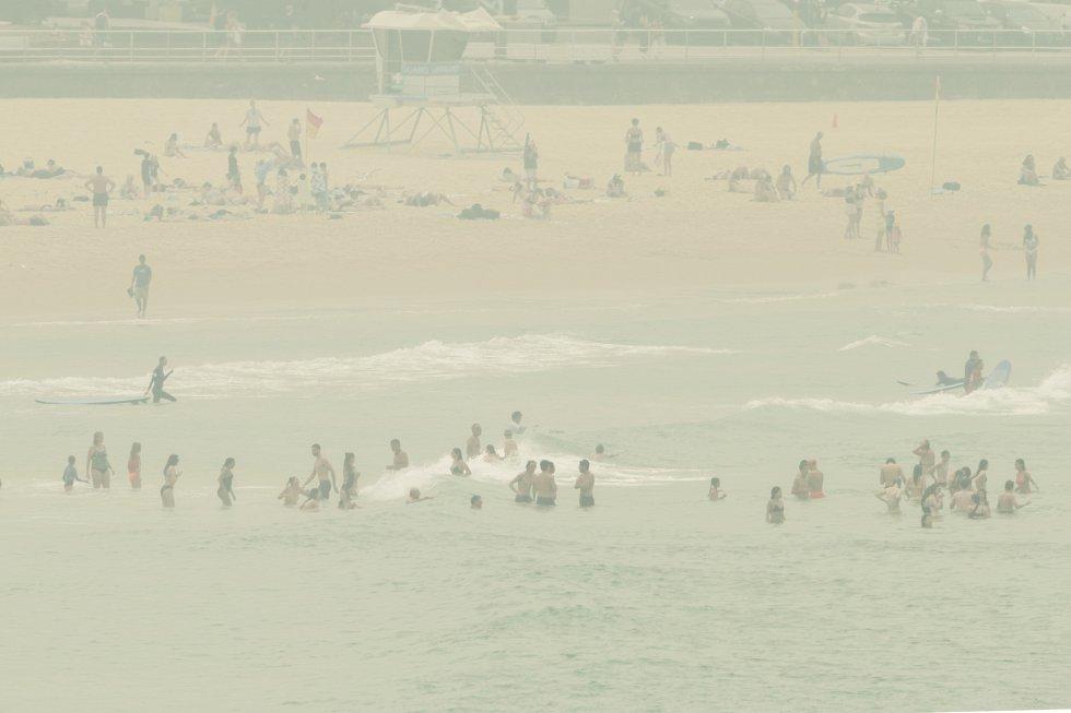 No es niebla, es el humo de los incendios sobre la playa de Bondi.