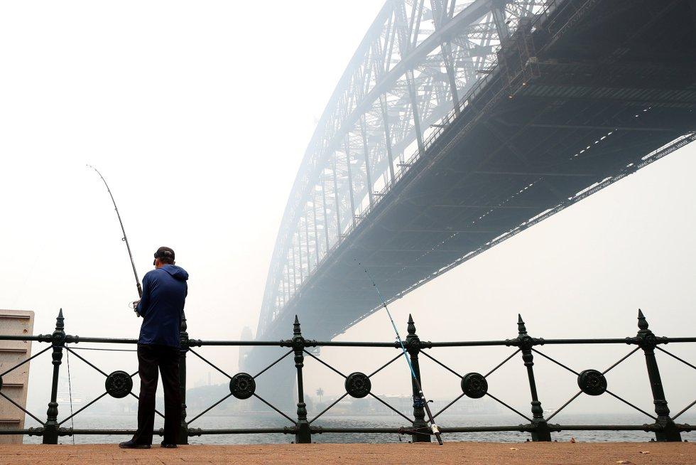 """""""Los vientos ligeros y el abundante humo han hecho que Sídney y sus alrededores tengan niveles de visibilidad bajos y los niveles de la calidad del aire sean peligrosos"""", señaló en Twitter la Oficina Australia de Meteorología."""