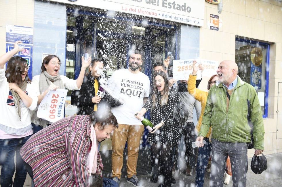 Los dueños del estableciento de lotería de San Vicente del Respig (Alicante), donde ha tocado el Gordo de la Lotería con el 26590, celebran que se haya vendido en su establecimiento