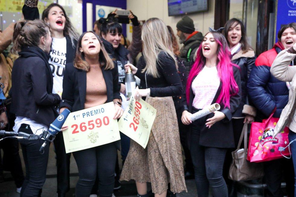 Un grupo de amigas celebra que les ha tocado el Gordo, el cual ha tocado al nº 26590, frente a la famosa administración de 'Doña Manolita' situada en la Calle Carmen, 22 de Madrid