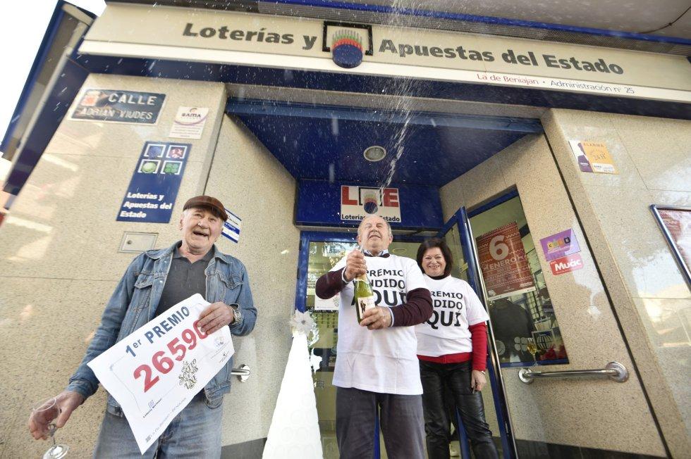 José Hernández, José Turpín y Ramonita Tomas, los dueños de la administración de la localidad de Beniajan (Murcia) que ha repartido parte del número 26590, correspondiente al Gordo de la Lotería de Navidad