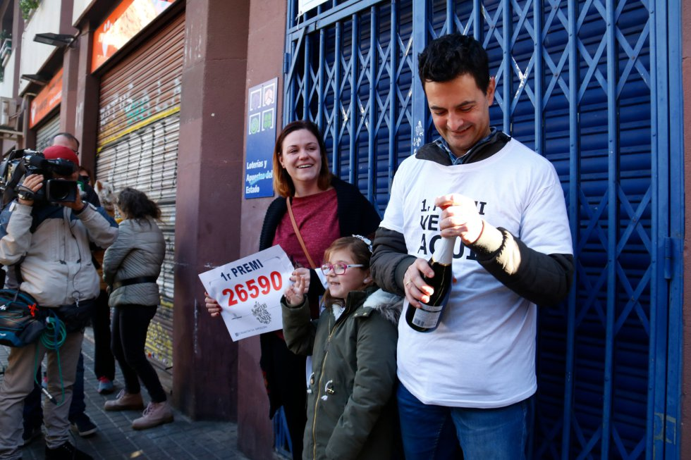 Imagen de Laura con su marido y su hija celebrando haber vendido el primer premio, el 26590, en Barcelona