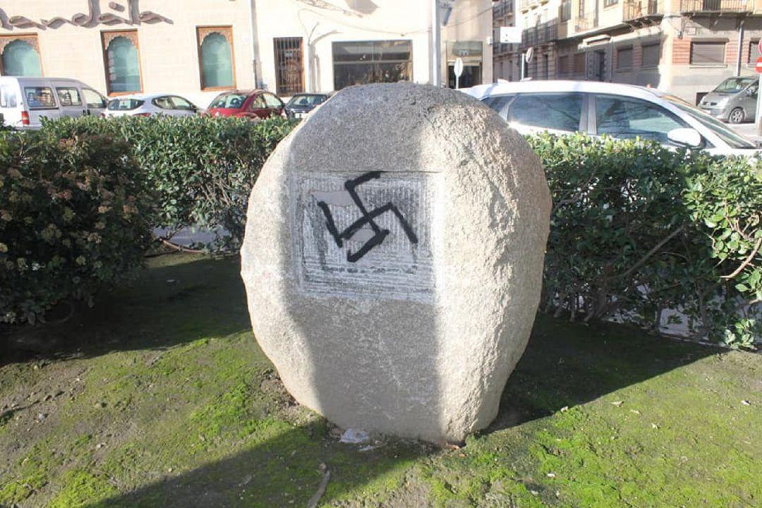 Acto vandálico en el monolito en homenaje a las víctimas del nazismo