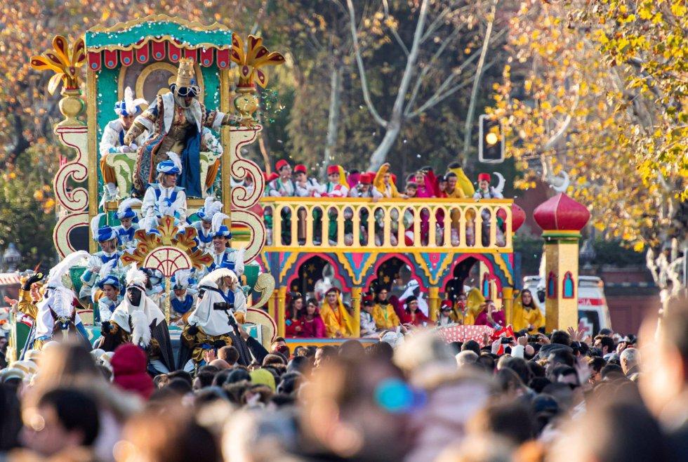 El rey Gaspar en su carroza durante la cabalgata de los Reyes Magos en Sevilla.