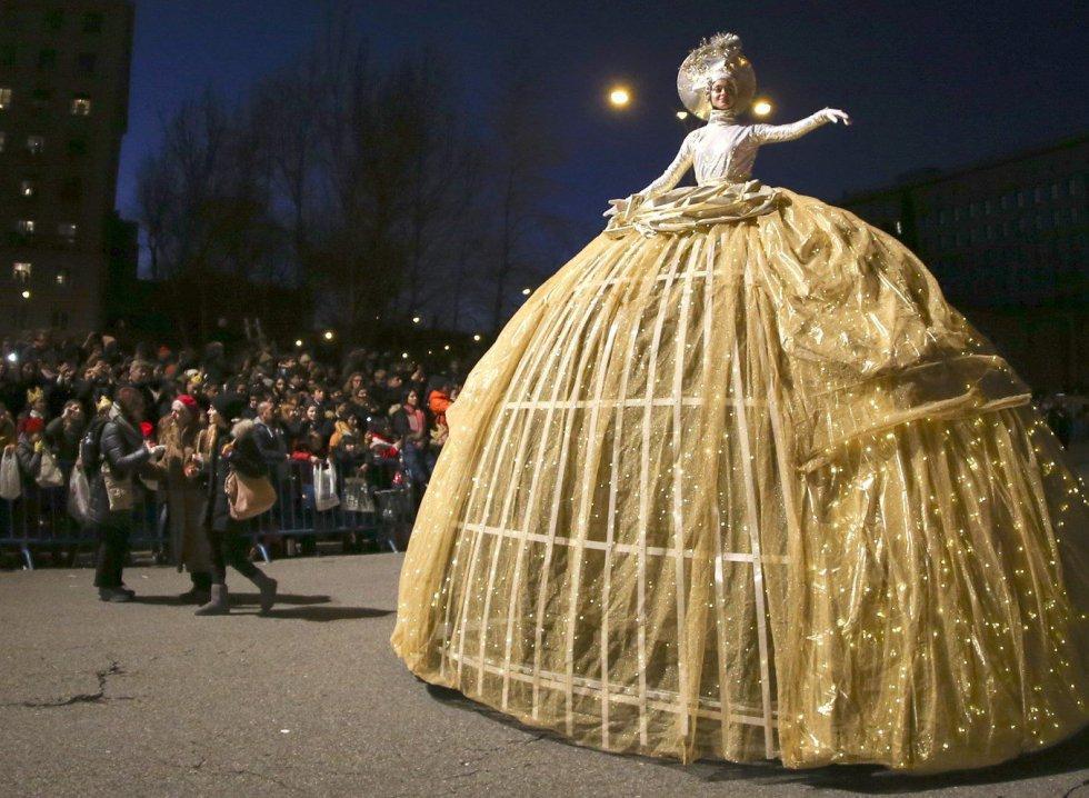 La Cabalgata de los Reyes Magos de Oriente recorre las calles de Madrid en una noche mágica para niños y mayores.