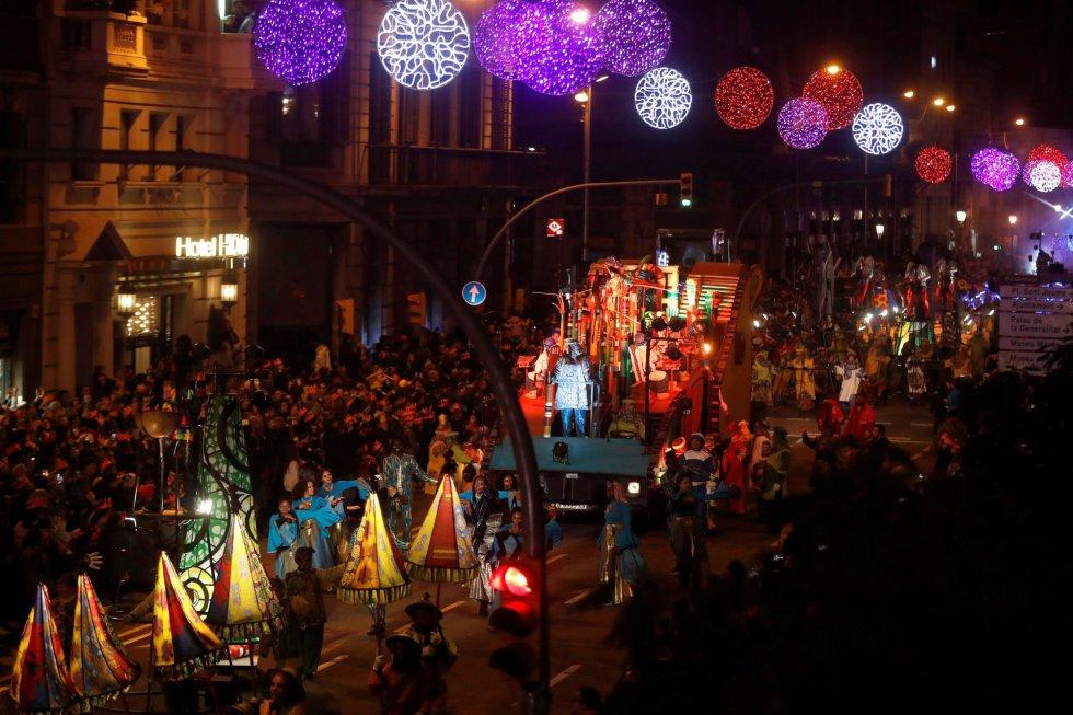 La cabalgata de los Reyes Magos de Orinte recorre hoy domingo las calles del centro de Barcelona en una noche mágica para niños y mayores.