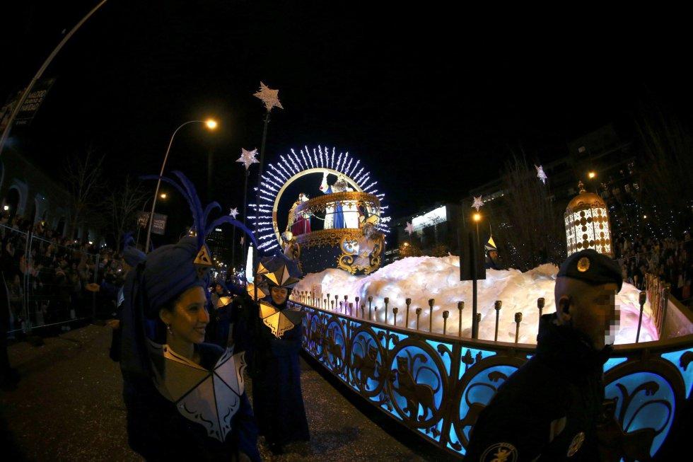 El Rey Gaspar saluda desde su carroza durante la tradicional Cabalgata de los Reyes Magos de Oriente que recorre hoy domingo las calles de Madrid en una noche mágica para niños y mayores.