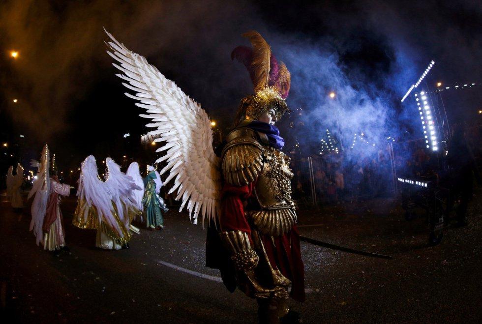 La tradicional Cabalgata de los Reyes Magos de Oriente recorre hoy domingo las calles de Madrid en una noche mágica para niños y mayores.
