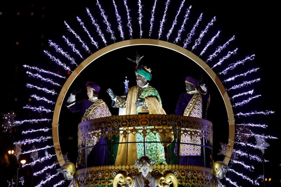 El Rey Baltasar saluda desde su carroza durante la tradicional Cabalgata de los Reyes Magos de Oriente que recorre hoy domingo las calles de Madrid en una noche mágica para niños y mayores.