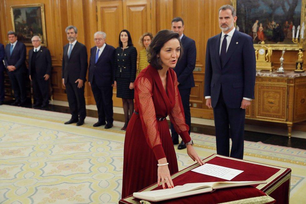 La ministra de Industria y Turismo, Reyes Maroto, promete su cargo ante el Rey Felipe VI, en el acto de toma de posesión, en el Palacio de la Zarzuela de Madrid.