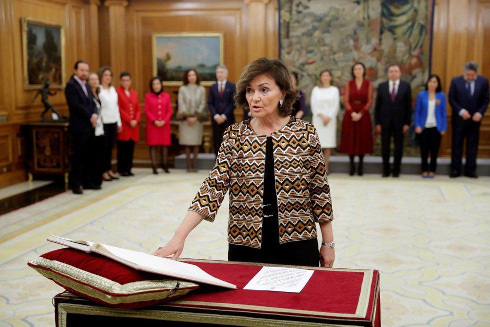 La vicepresidenta primera del Gobierno, ministra de Presidencia, Relaciones con las Cortes y Memoria Democrática, Carmen Calvo, promete su cargo ante el Rey Felipe VI, en el acto de toma de posesión, en el Palacio de la Zarzuela.