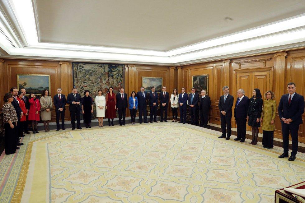El presidente del Gobierno, Pedro Sánchez (d) preside la promesa de ministros de su nuevo gobierno durante un acto celebrado en el Palacio de Zarzuela.