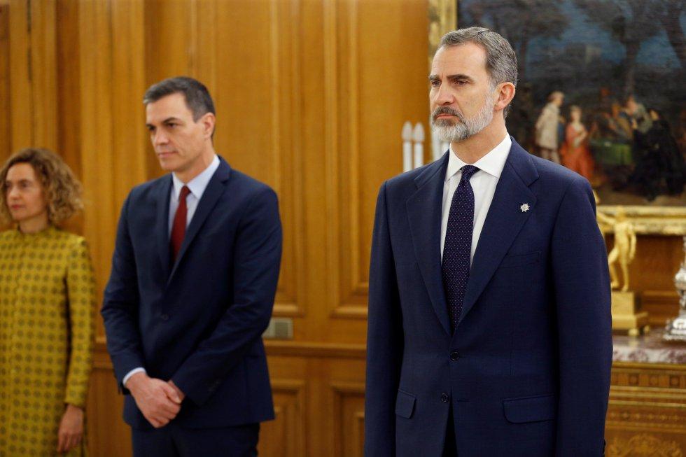 El presidente del Gobierno, Pedro Sánchez (i) y el Rey Felipe VI (d) presiden la promesa de ministros de su nuevo gobierno durante un acto celebrado en el Palacio de Zarzuela.