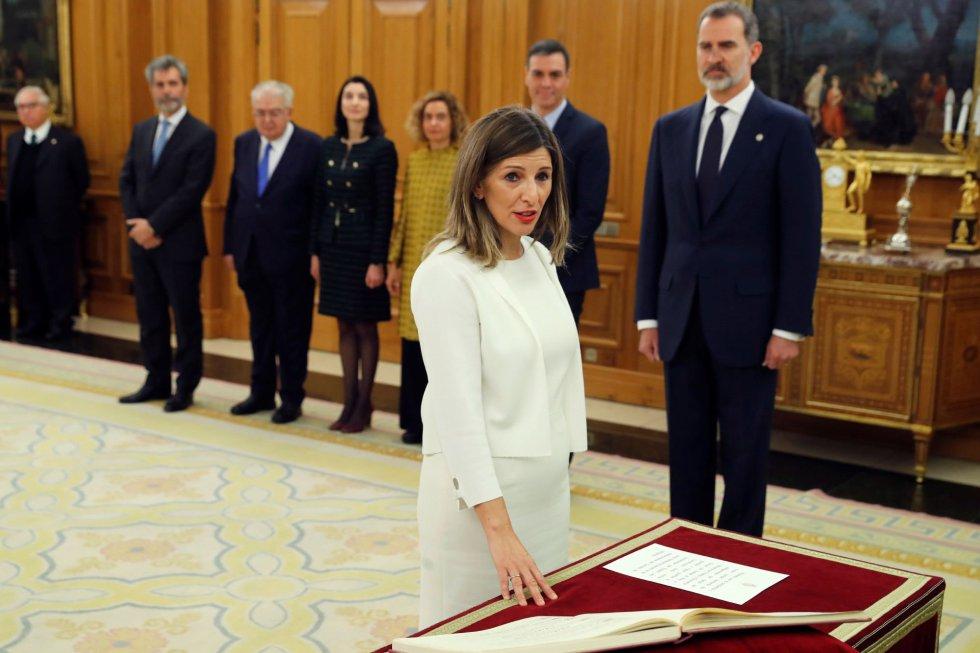 La nueva ministra de Trabajo, Yolanda Díaz, promete su cargo ante el rey durante el acto de toma de posesión del nuevo gobierno, este lunes en el Palacio de la Zarzuela.