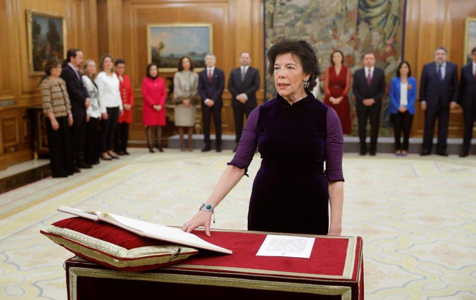 La nueva ministra de Educación y Formación Profesional, Isabel Celaá jura su cargo durante un acto celebrado en el Palacio de Zarzuela.