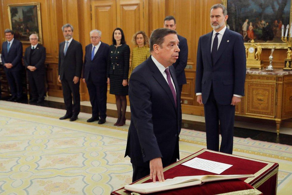El ministro de Agricultura, Pesca y Alimentación, Luis Planas, promete su cargo ante el rey durante el acto de toma de posesión del nuevo gobierno.