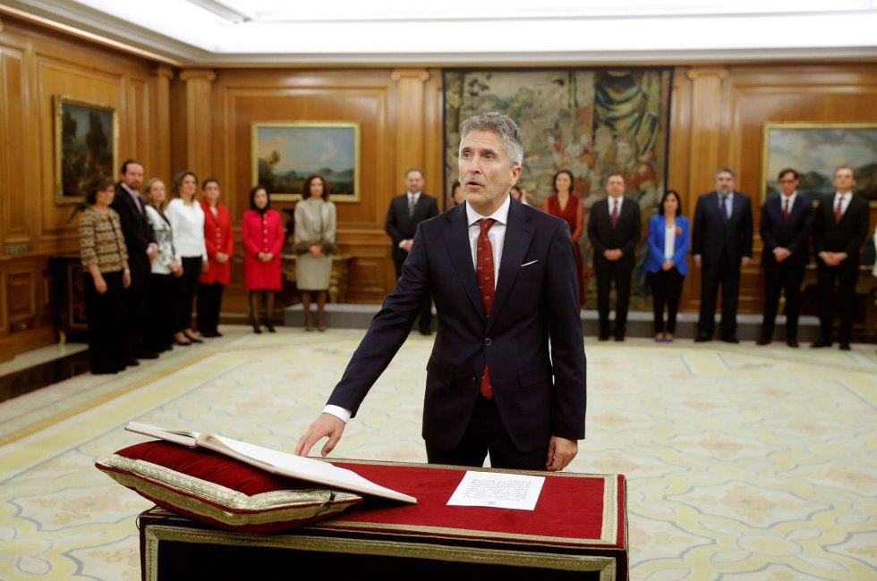 El ministro del Interior, Fernando Grande-Marlaska, promete su cargo ante el rey durante el acto de toma de posesión del nuevo gobierno.