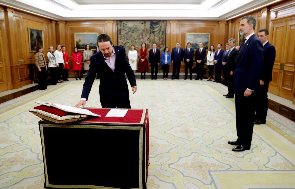 El vicepresidente de Derechos Sociales y Agenda 2030, Pablo Iglesias, promete su cargo ante el rey.