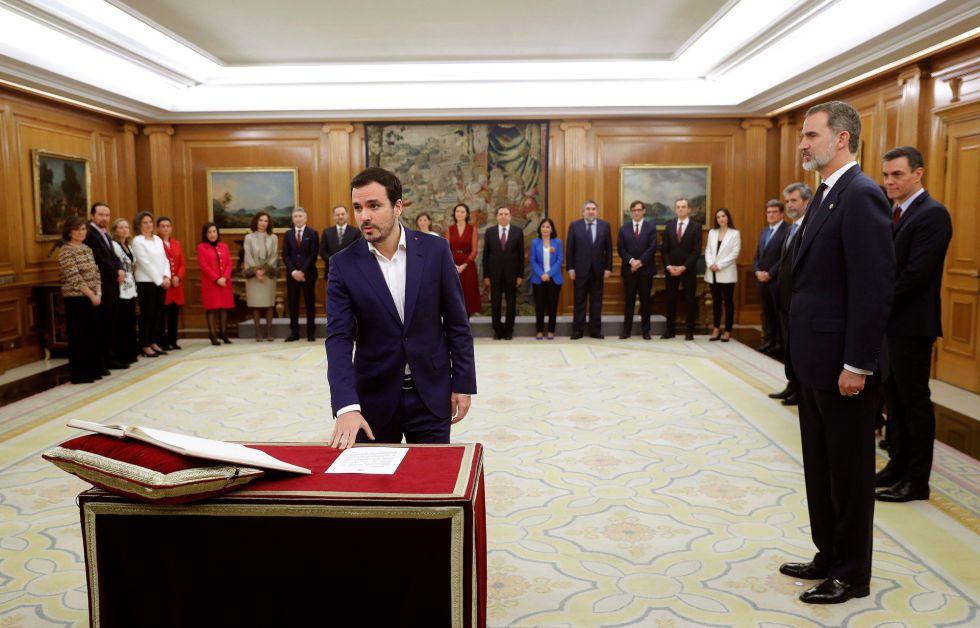 El nuevo ministro de Consumo, Alberto Garzón, promete su cargo ante el rey Felipe VI.