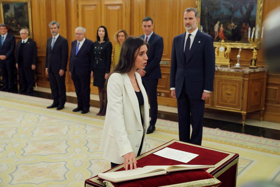 La nueva ministra de Igualdad, Irene Montero, promete su cargo ante el rey.