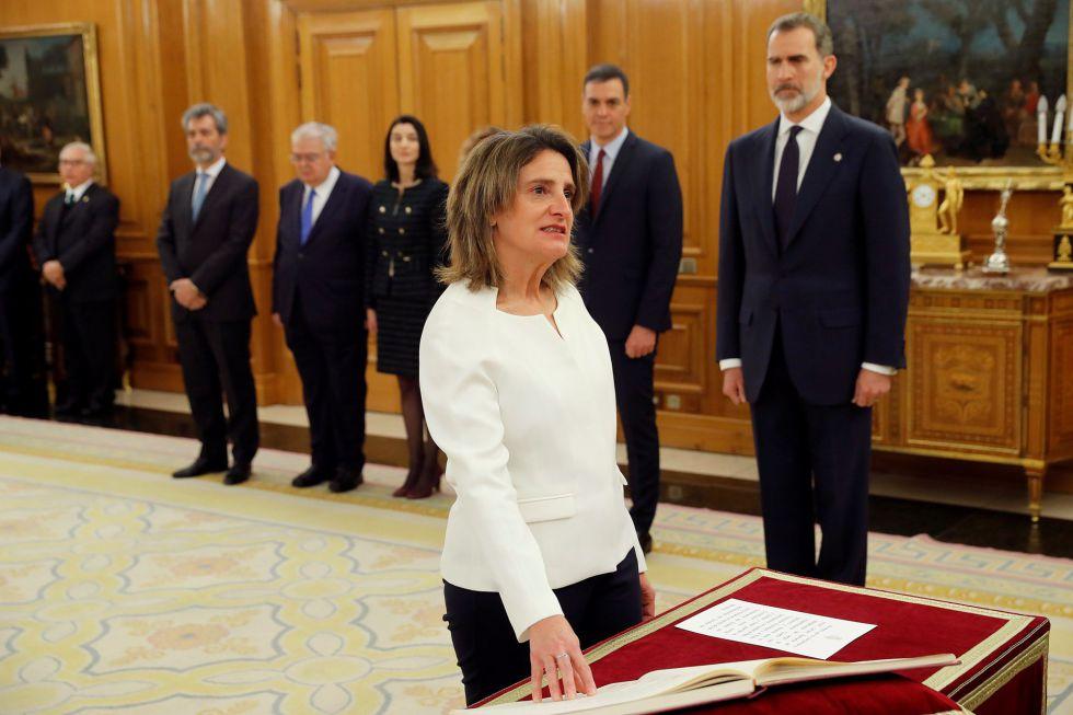 La vicepresidenta de Transición Ecológica y Reto Democrático, Teresa Ribera, promete su cargo con la mano sobre la Constitución.
