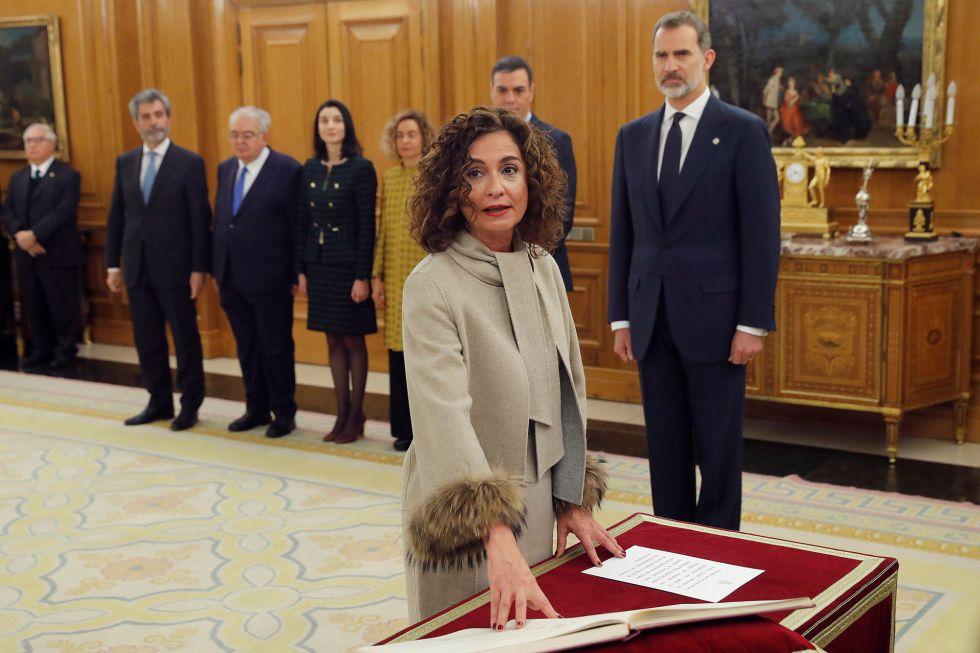 La ministra de Hacienda y nueva Portavoz del Gobierno, María Jesús Montero, promete su cargo ante el rey.