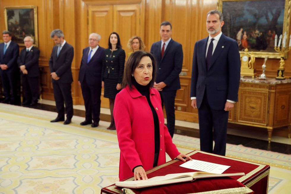 La ministra de Defensa, Margarita Robles, promete su cargo ante el rey.