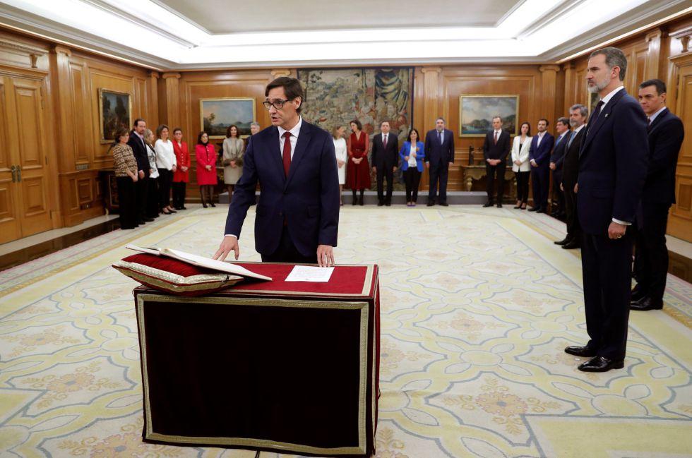 El ministro de Sanidad, Salvador Illa, promete su cargo ante el rey.