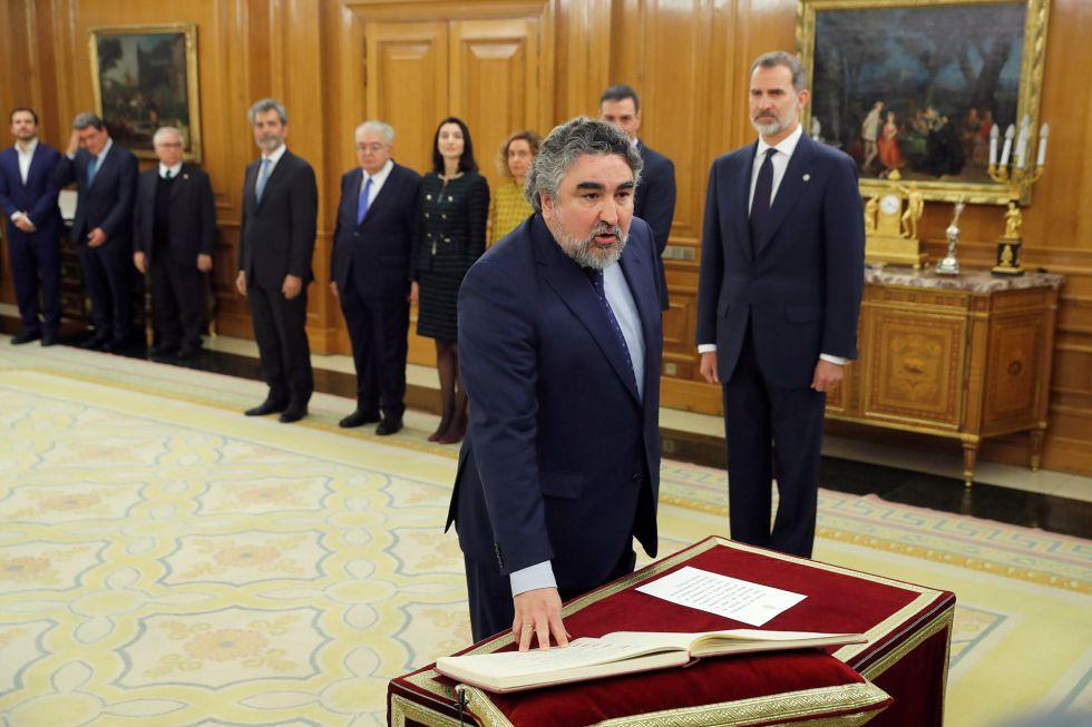 El ministro de Cultura y Deporte, José Manuel Rodríguez Uribes, promete su cargo sobre la Constitución y en presencia del rey.
