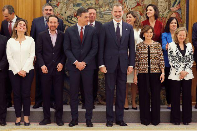 El rey, presidente Pedro Sánchez, los vicepresidentes Carmen Calvo, Pablo Iglesias, Nadia Calviño y Teresa Ribera, posan junto al resto de ministros para la foto de familia.