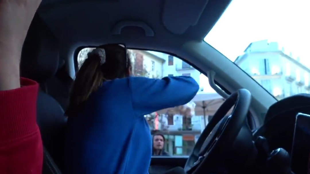Dos 'youtubers' borran un vídeo en el que lanzan comida a gente pobre desde un coche