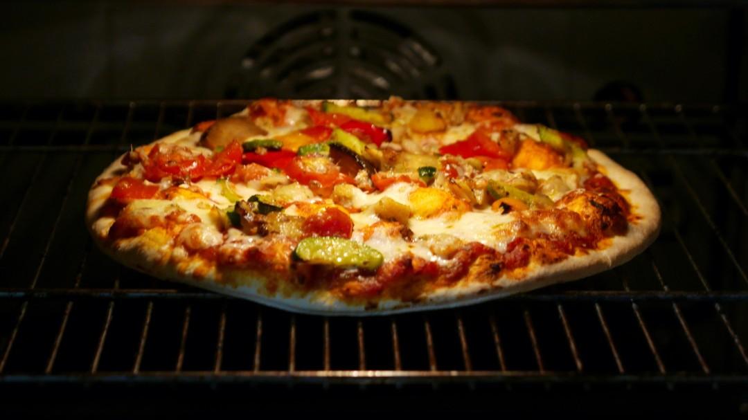 El truco para conseguir una pizza de masa crujiente en el horno de casa