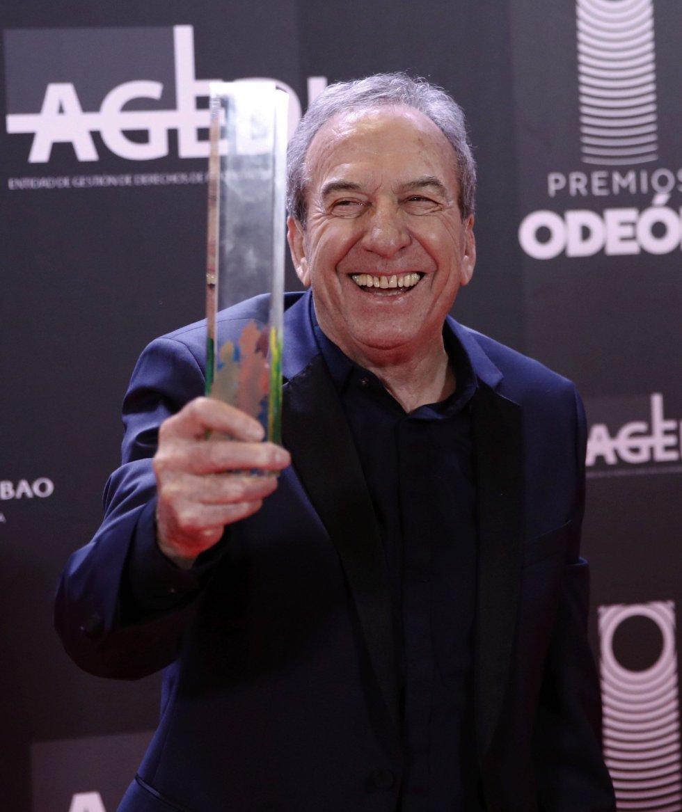 El cantante y compositor José Luis Perales posa con el Premio de honor a la finalización de la primera edición de los Premios Odeón