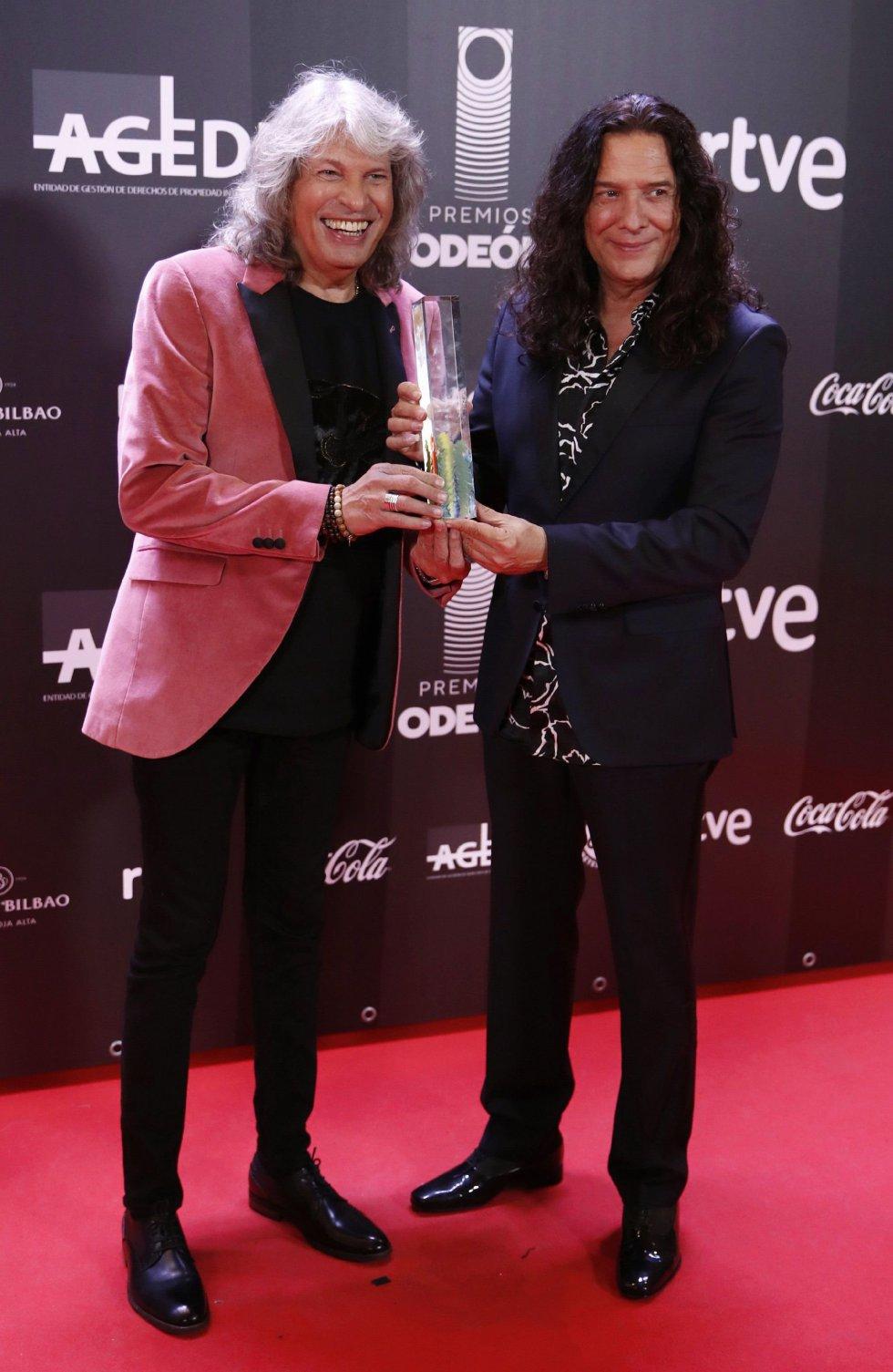 El cantaor José Mercé (i) y el guitarrista Tomatito tras recibir el premio al Mejor Álbum Flamenco durante la entrega de los primeros Premios Odeón