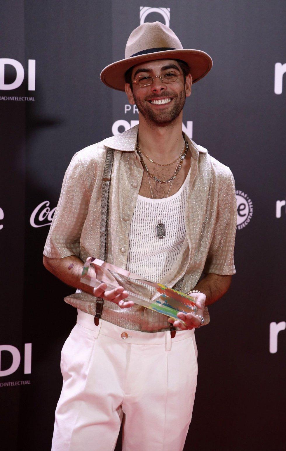 El cantante Don Patricio tras recibir el premio a la mejor canción por 'Contando Lunares'