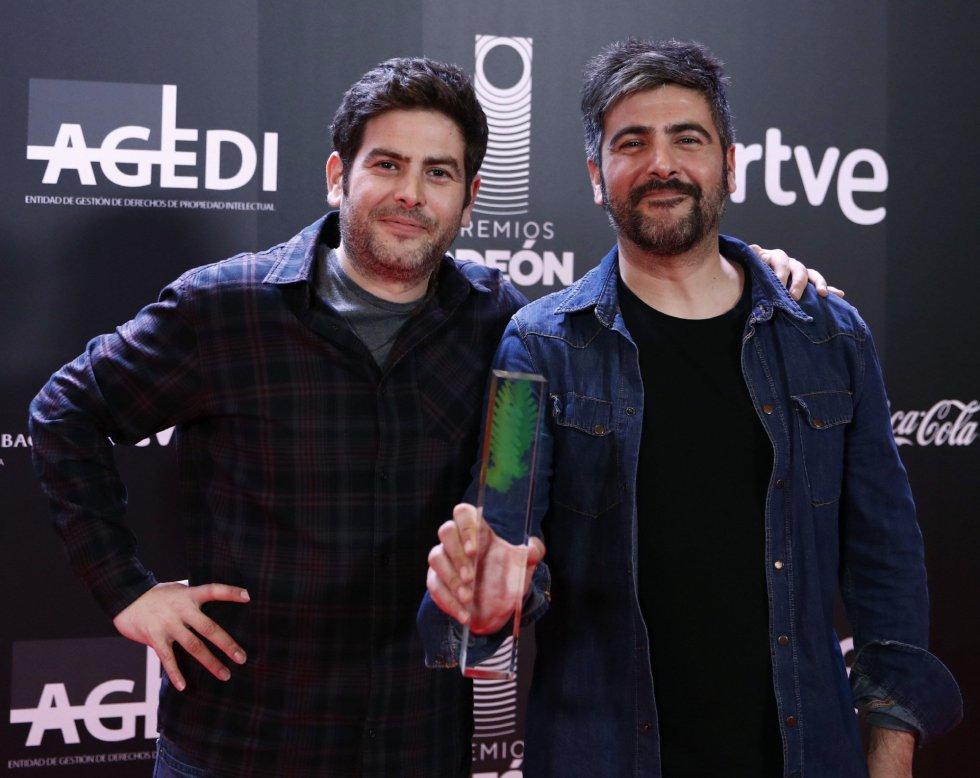 Los hermanos David (d) y José Manuel Muñoz, Estopa, posan con el premio al mejor grupo en la primera edición de los Premios Odeón