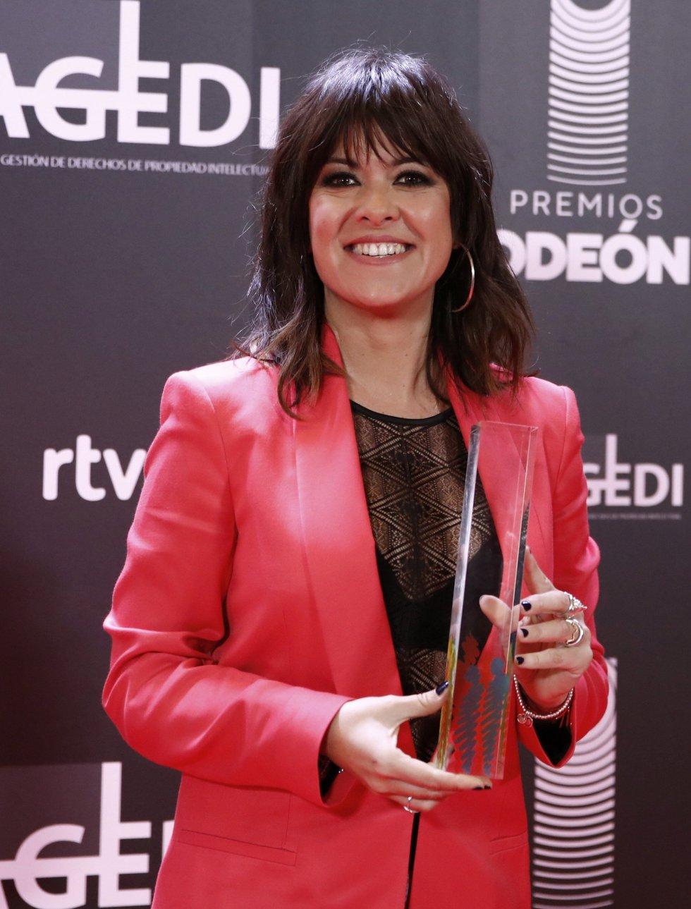 La cantante Vanesa Martín posa con el premio a la mejor artista femenina en la primera edición de los Premios Odeón