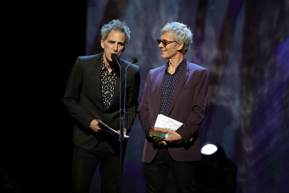 Los cantantes Mikel Erentxun (i) y Ariel Rot presentan el premio al mejor grupo de rock en la primera edición de los Premios Odeón