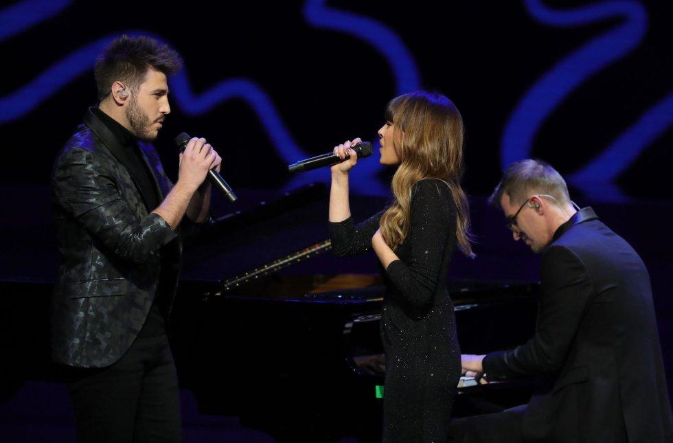 Los cantantes Aitana y Antonio José durante su actuación en la primera edición de los Premios Odeón