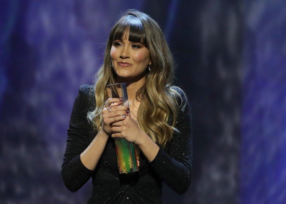 La cantante Aitana tras recibir el premio a la 'Artista Revelación 2019' durante la entrega de los primeros Premios Odeón