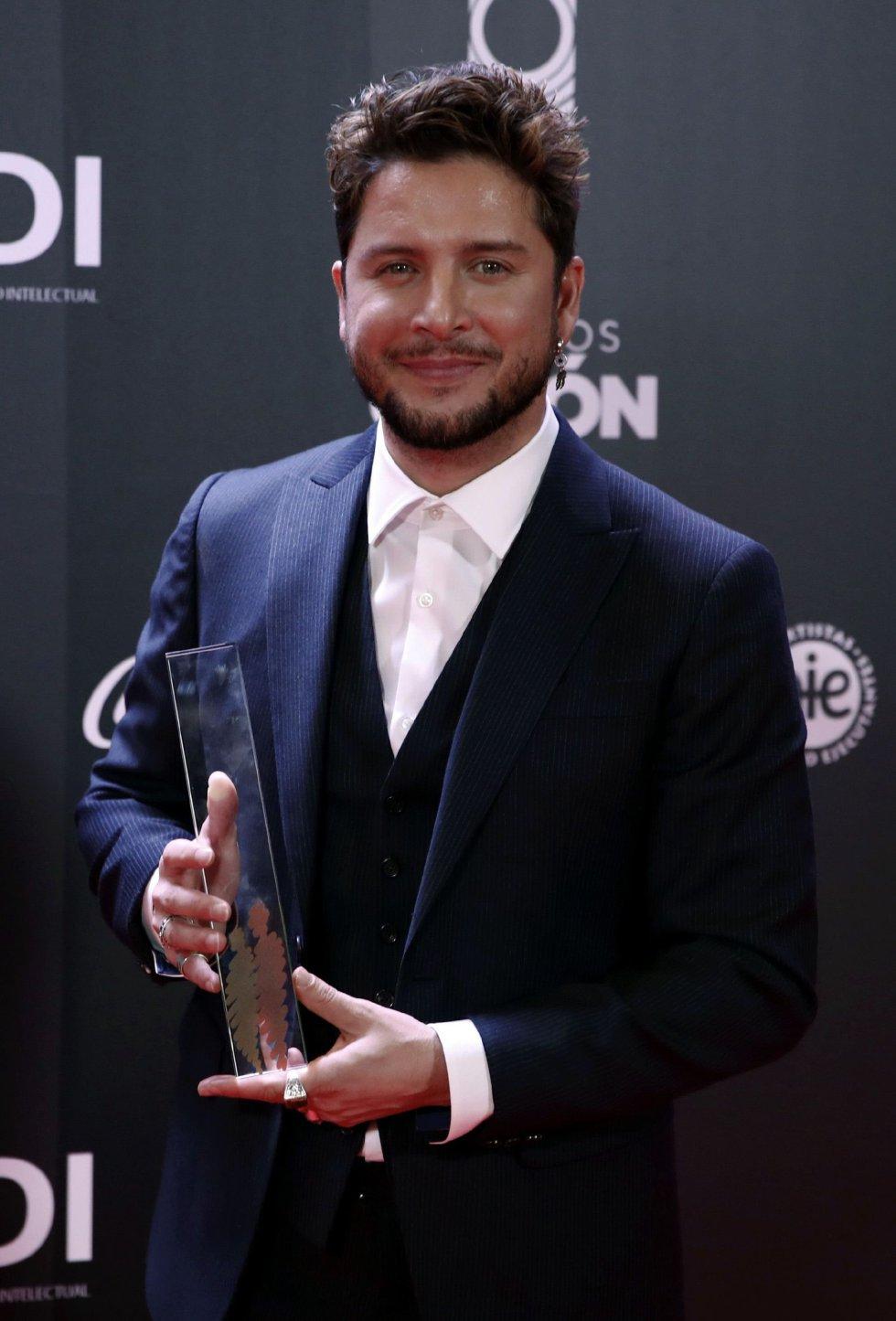 El cantante Manuel Carrasco posa con el premio al 'Mejor directo 2019'