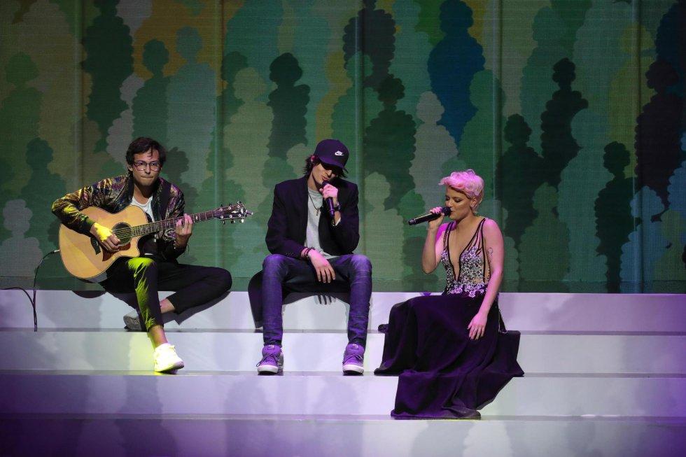 El cantante venezolano Dani Ocean (c) y la cantante Alba Reche durante su actuación
