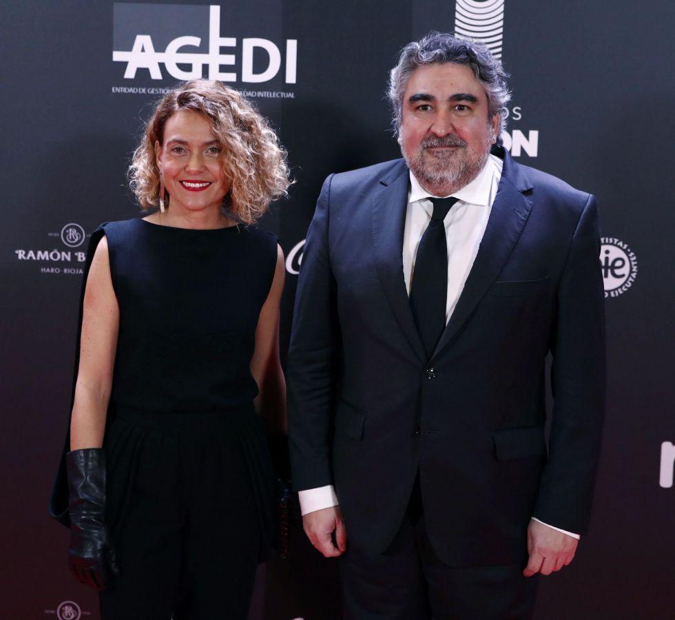 El ministro de Cultura, José Manuel Rodríguez Uribes (d), y la presienta del Congreso, Meritxell Batet, posan a su llegada a la alfombra roja de la primera edición de los Premios Odeón