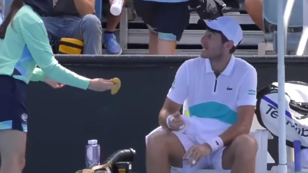 """""""No es tu esclava"""": un tenista pide a la recogepelotas que le pele el plátano y se lleva la lección de su vida"""