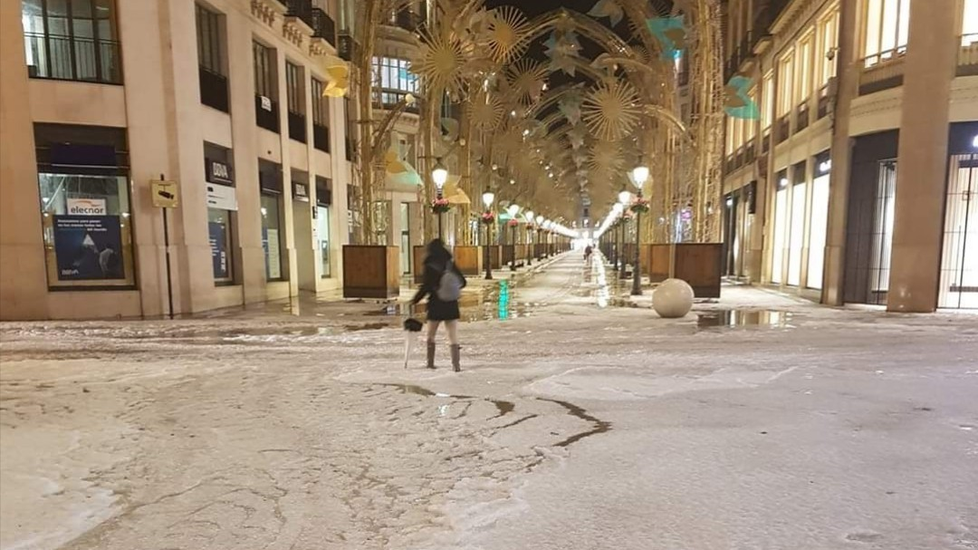 Una tromba de granizo colapsa Málaga