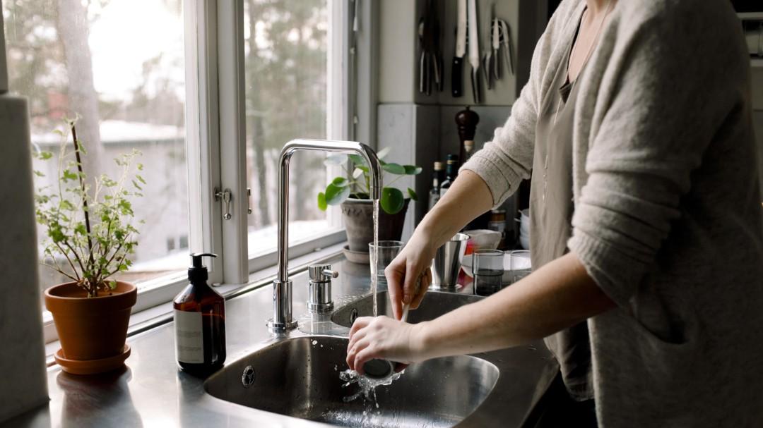 Por qué no debemos nunca beber ni cocinar con agua caliente del grifo